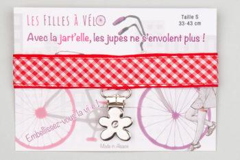 jart'elle vichy rouge et blanc sur fond rouge et pince fleur qui empêche les jupes de s'envoler à vélo - Les filles à vélo
