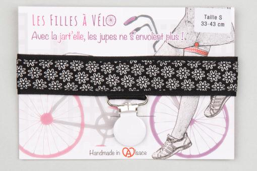 Jart'elle fleurettes blanches sur fond noir, pince ronde blanche qui empêche les jupes de s'envoler à vélo - Les filles à vélo