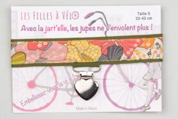 Jart'elle liberty mauvey sur fond kaki pince coeur métal qui empêche les jupes de s'envoler à vélo - Les filles à vélo