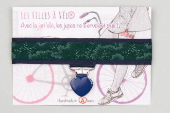 """Jart'elle """"Une forêt la nuit"""" pince coeur bleue qui empêche les jupes de s'envoler à vélo - Les filles à vélo"""