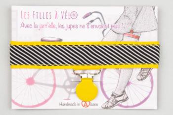 Jart'elle raies noires et blanches fond et pince jaunes qui empêche les jupes de s'envoler à vélo - Les filles à vélo