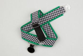 Jart'elle vichy noir et blanc sur fond vert pince ronde noire qui empêche les jupes de s'envoler à vélo - Les filles à vélo