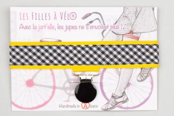 Jart'elle vichy noir et blanc sur fond jaune pince ronde noire qui empêche les jupes de s'envoler à vélo - Les filles à vélo