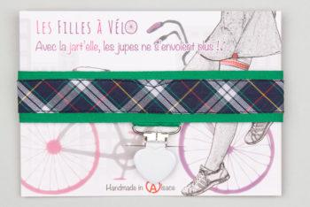 Jart'elle écossais bleu marine fond vert pince coeur blanc qui empêche les jupes de s'envoler à vélo - Les filles à vélo