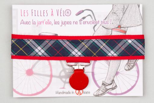 Jart'elle écossais bleu marine fond rouge pince ronde rouge qui empêche les jupes de s'envoler à vélo - Les filles à vélo